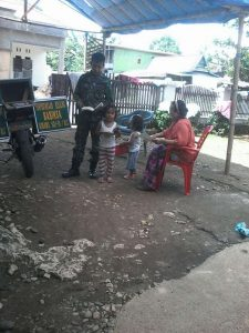 Saat Babinsa Desa Tompobulu Koramil 1422-01/Balocci, Kabupaten Pangkep, Sulawesi Selatan, Sersan Dua Arifuddin 'menjajakan' buku
