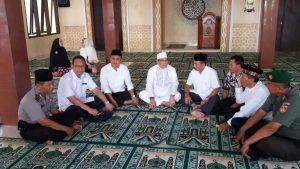 Firman Soebagyo di dalam masjid al-Firman didampingi para pejabat setempat