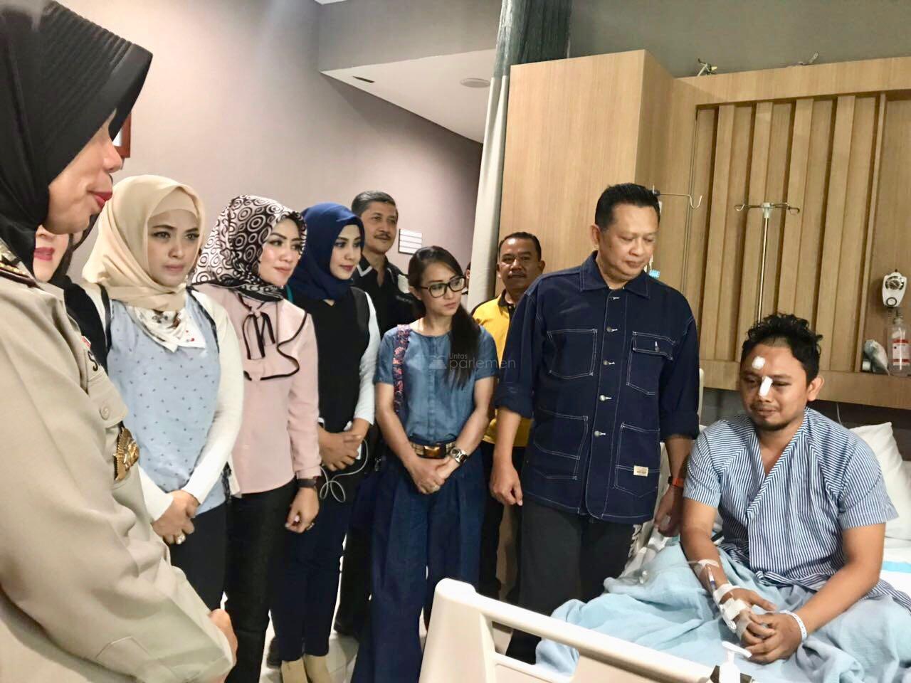 Hasil gambar untuk Bambang Soesatyo saat menjenguk Bripka Iwan Sarjana di RS Bhayangkara R Said Sukanto
